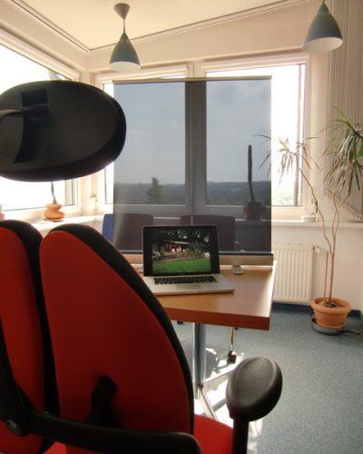 Mobiles-Buero-Blendschutz-am-Tisch-mobiler-blendschutz